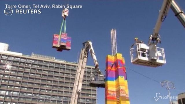 Una torre di Lego alta 36 metri nel centro di Tel Aviv