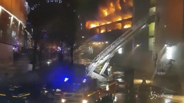 Gb, maxi incendio in un parcheggio di Liverpool: 1400 auto distrutte
