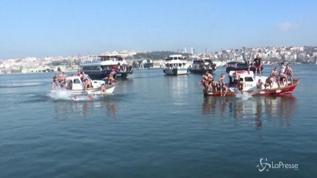 Turchia, il bagno nel Bosforo per festeggiare l'Epifania