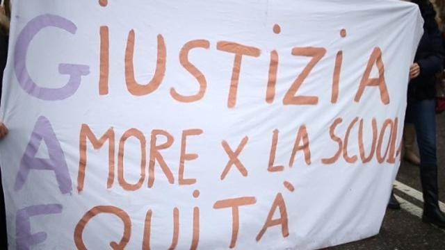 Scuola, docenti bloccano il centro di Torino