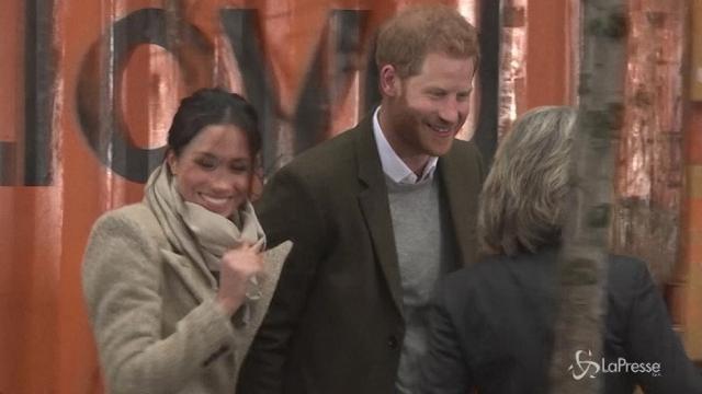 Harry e Megan visitano una radio: l'affetto della folla