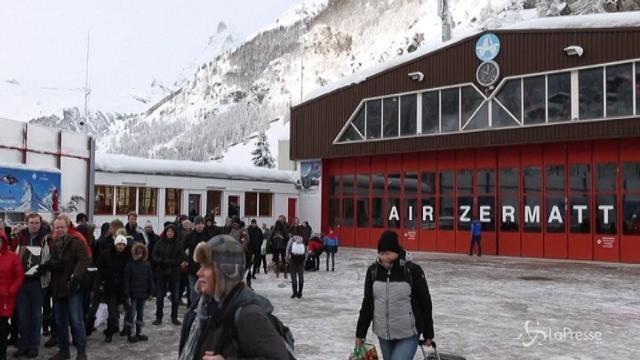 Svizzera, trasferiti in elicottero 13mila turisti bloccati dalla neve
