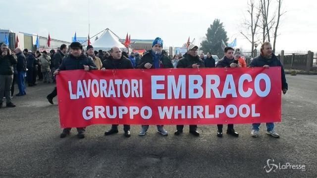 Protesta dei lavoratori Embraco: licenziati 497 operai su 537