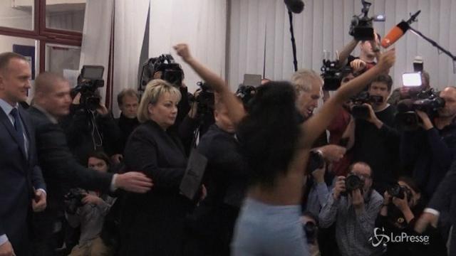 Repubblica Ceca al voto, attivista del gruppo Femen salta addosso a Zeman