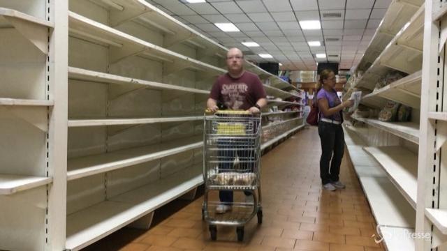 Caracas, tra gli scaffali vuoti dei supermercati
