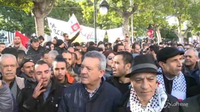 Tunisia: in migliaia in piazza nel settimo anniversario della rivoluzione