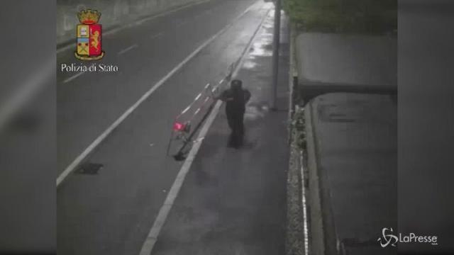 Milano, donna uccisa a Parco Litta, il video del presunto assassino