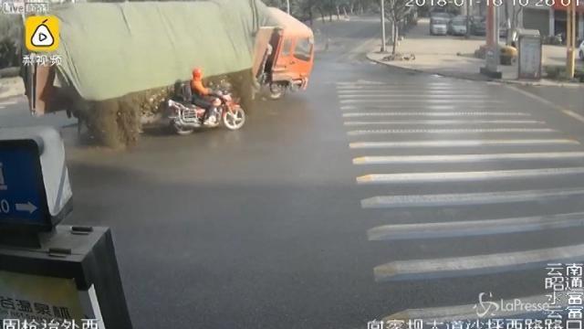 Motociclista travolto dal carico di un camion