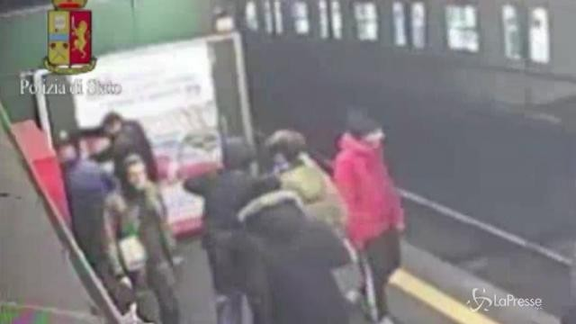 Milano, banda di adolescenti devasta vagoni metro: 5 denunciati