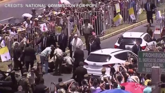 Poliziotta a cavallo cade sulla papamobile: Bergoglio ferma tutto e l'aiuta