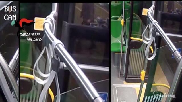 Milano, autista di bus ferisce a coltellate un 17enne: il video dell'agressione