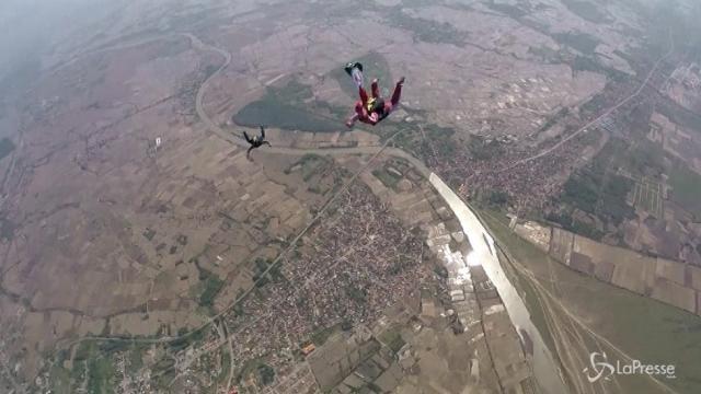 Iran: il volo della prima paracadutista donna