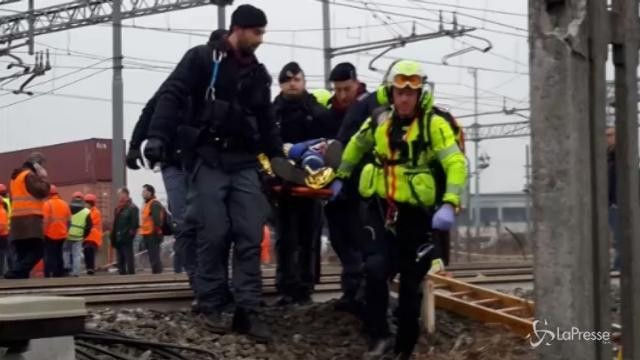 Treno deragliato, la polizia soccorre i pendolari