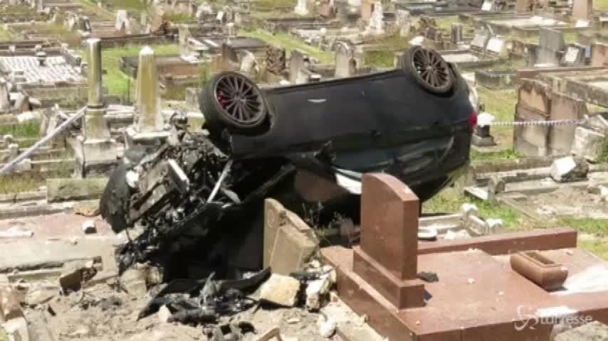 Auto si ribalta in un cimitero, spettacolare incidente in Australia
