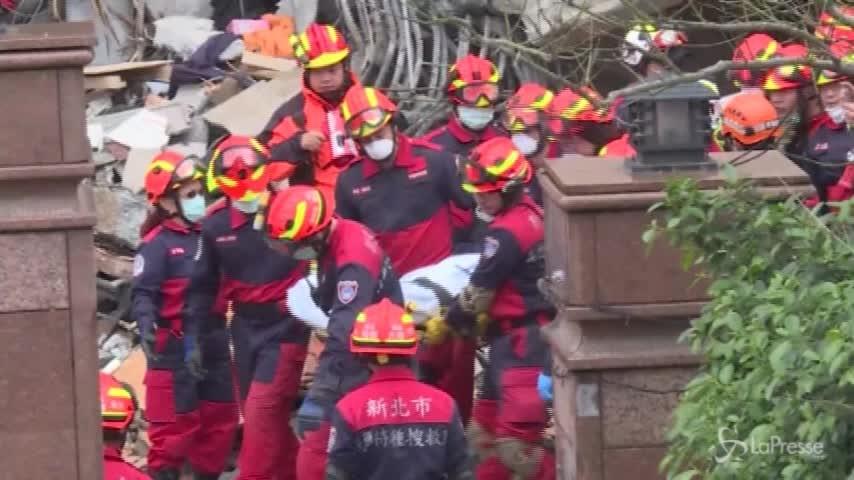 Taiwan, l'intervento dei soccorritori con gru e corde