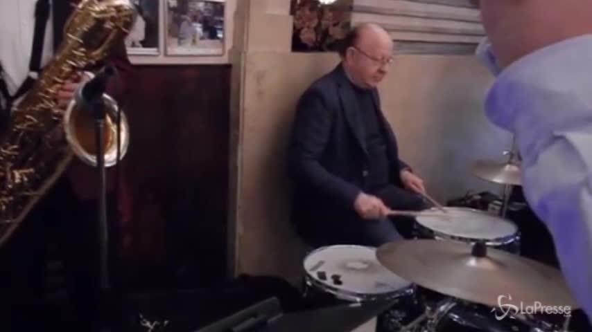 Massimo Boldi suona la batteria per i 110 anni delle fettuccine di Alfredo