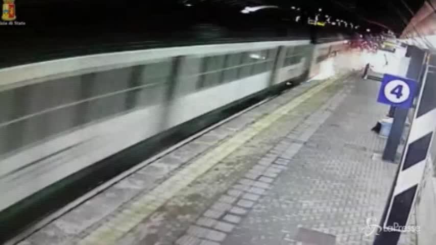 """Pioltello, le voci dal treno appena deragliato: """"Aiuto, se ne arriva un altro ci distrugge"""""""
