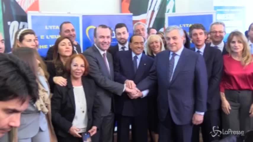 """Berlusconi e la foto di gruppo: """"Chi mi tocca il c…?"""""""