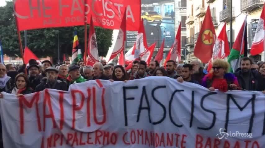 La marcia antifascista a Palermo: centri sociali in piazza con il nastro adesivo