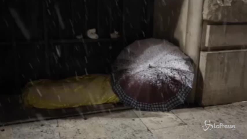Maltempo, i senzatetto lottano contro il gelo a Roma