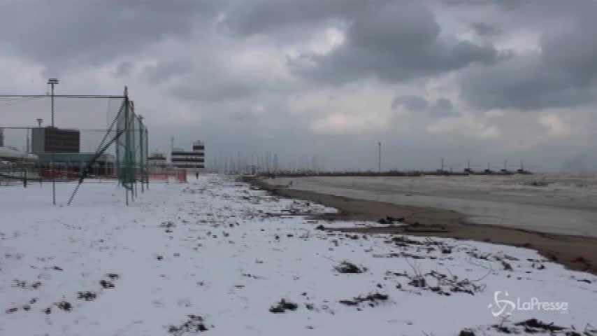 Maltempo, la spiaggia di Senigallia imbiancata