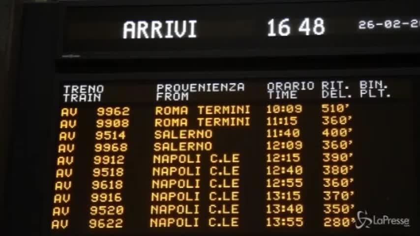 """Maltempo, treni in """"ritardo epocale"""" e caos a Milano Centrale"""