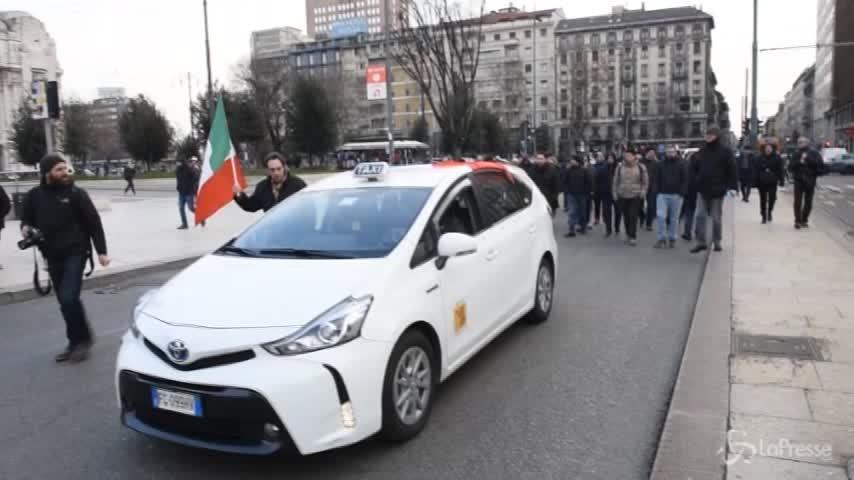 I tassisti di Milano protestano contro gli abusivi