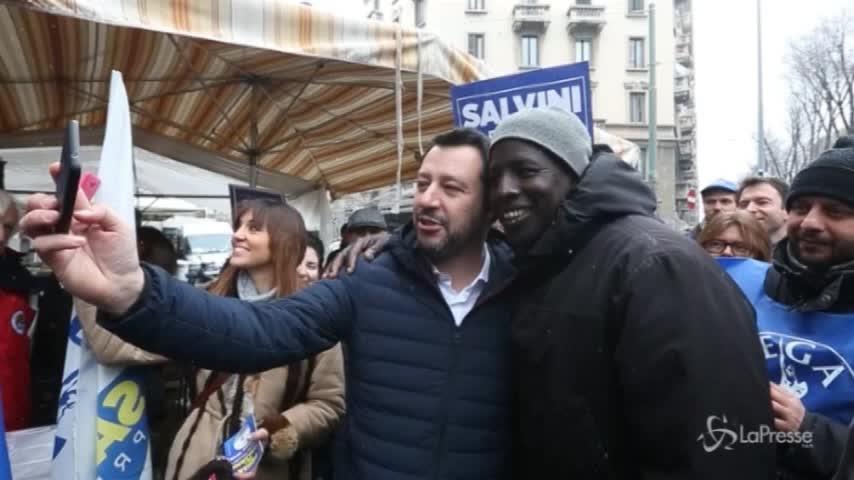 Salvini al mercato, selfie con un giovane africano
