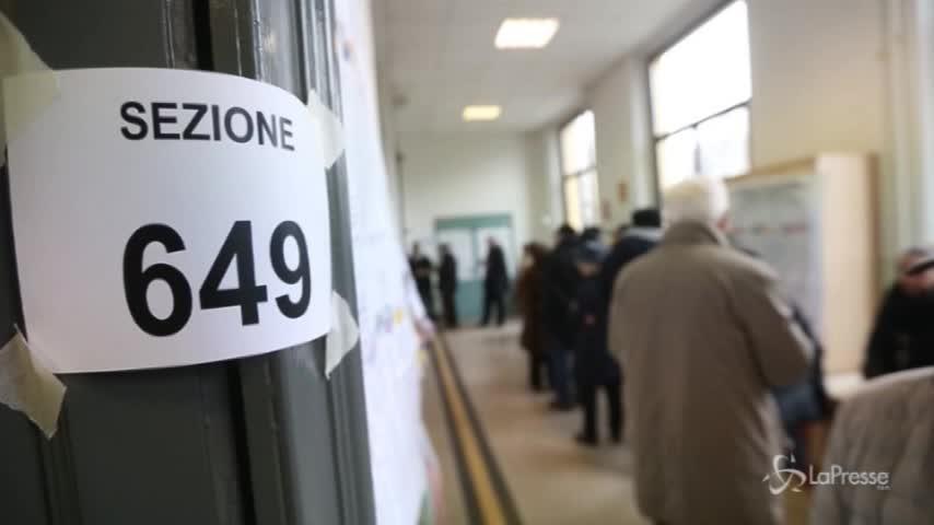 Elezioni, a Milano code ai seggi