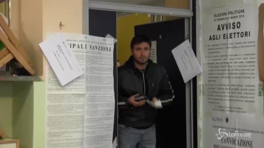 """Elezioni, Di Battista sbaglia seggio. I giornalisti: """"Colpa della Raggi?"""""""