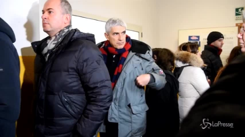 Elezioni, Casini al voto con la sciarpa del Bologna Calcio