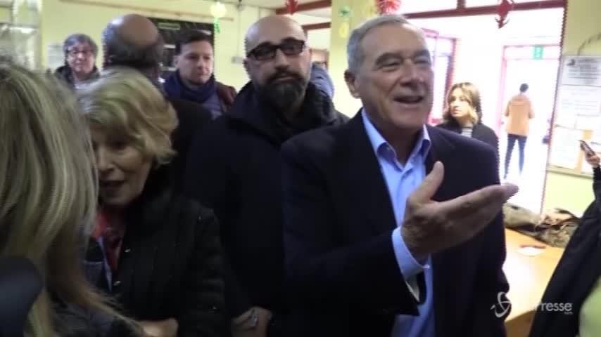 """Elezioni, Grasso al voto: """"Mi metto a fare il vigile urbano, fate passare"""""""