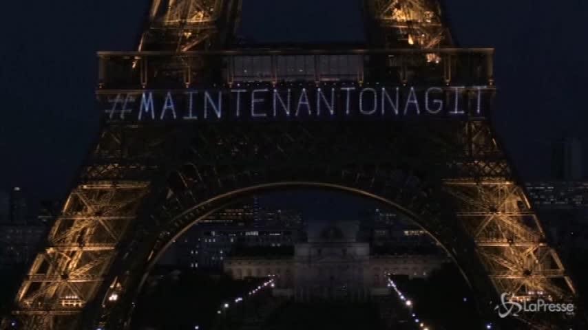 La Tour Eiffel si accende a sostegno dei diritti delle donne
