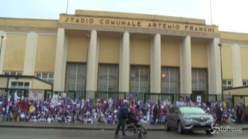 Astori, l'omaggio dei tifosi davanti allo stadio Artemio Franchi