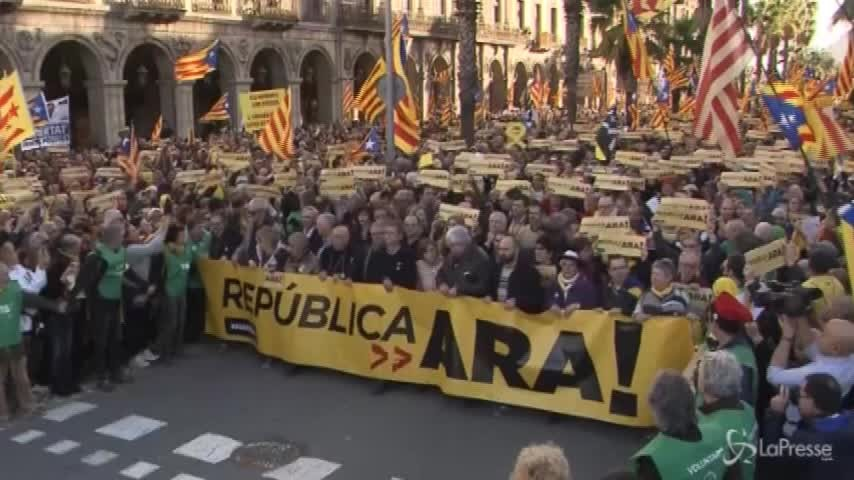 """I separatisti manifestano in Catalogna: """"La Repubblica adesso"""""""