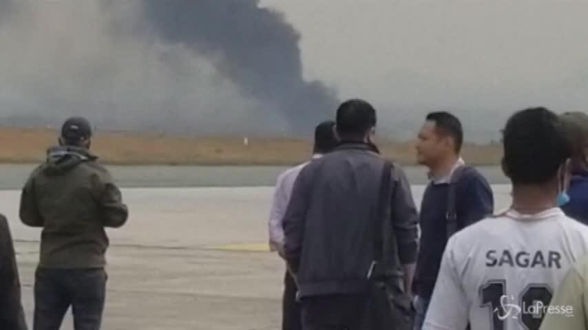 Nepal: aereo si schianta a Kathmandu, si temono molte vittime