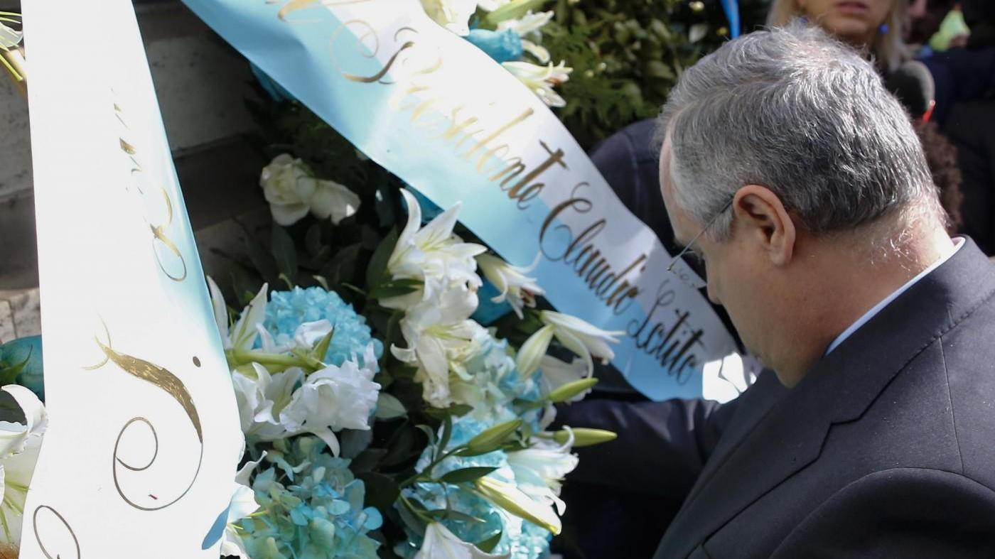 """Adesivi antisemiti, Comunità ebraica romana: """"Daspo a vita, i fiori non bastano"""""""
