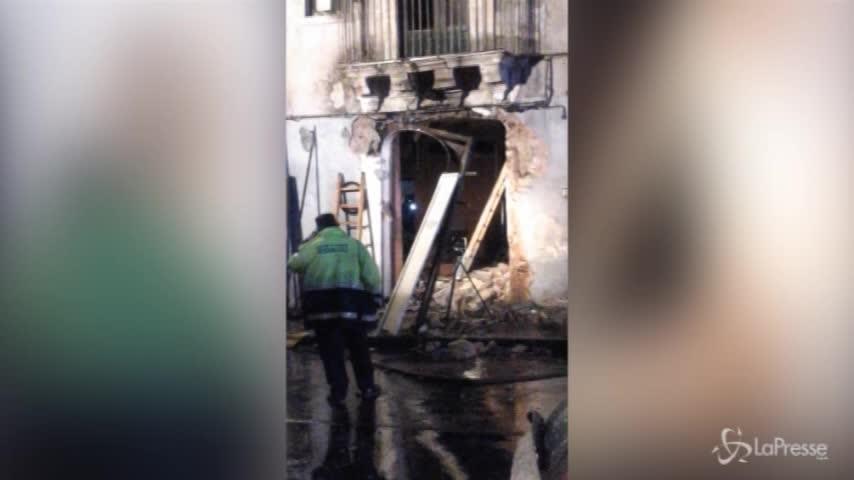 Catania: vigili del fuoco al lavoro sul luogo dell'esplosione