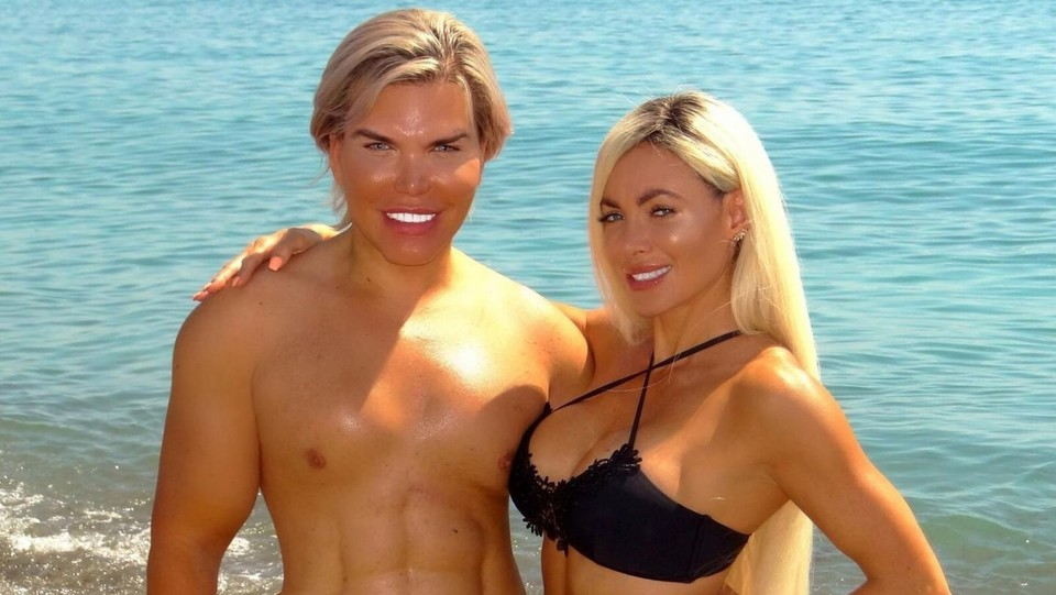 Rodrigo Alves e Danni Levy in spiaggia a Marbella ©Backgrid