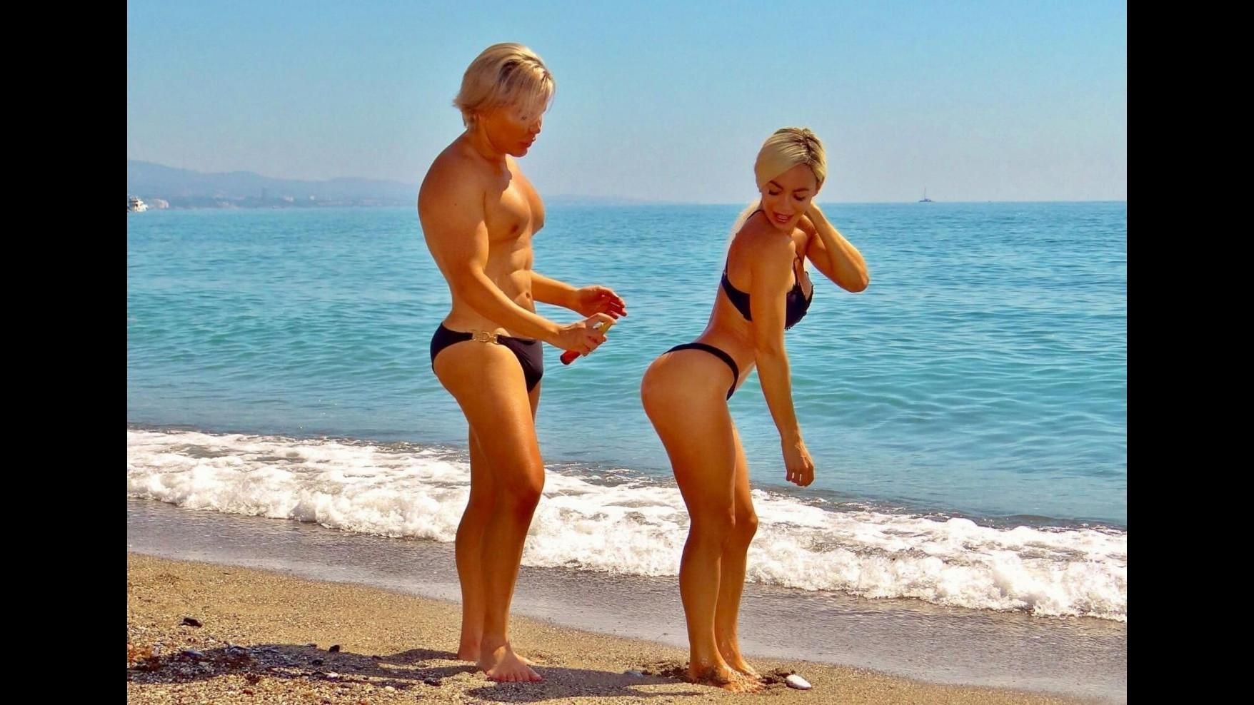 FOTO Scatti di plastica per i cloni umani di Barbie e Ken a Marbella