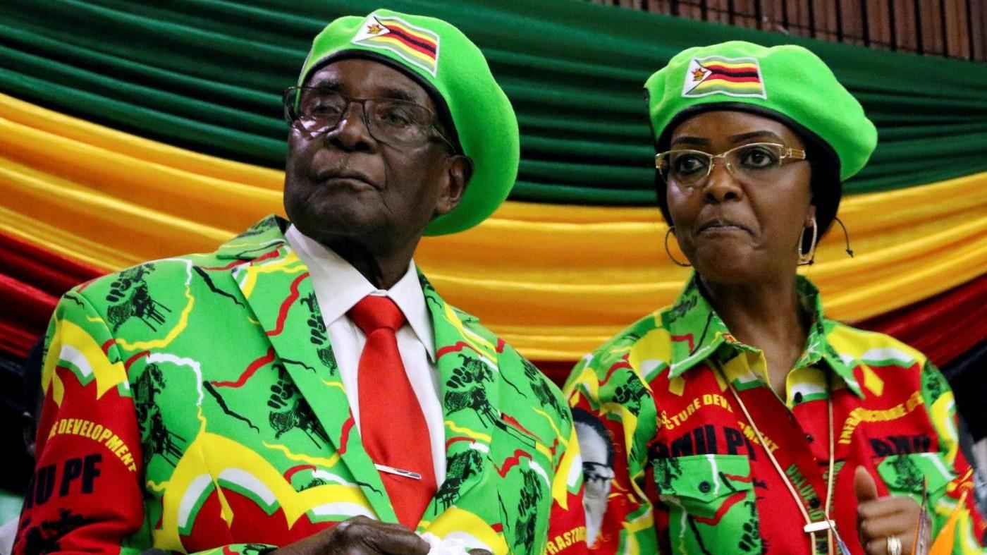 Zimbabwe, Mugabe resiste e non si dimette. Lui e la moglie espulsi dal partito