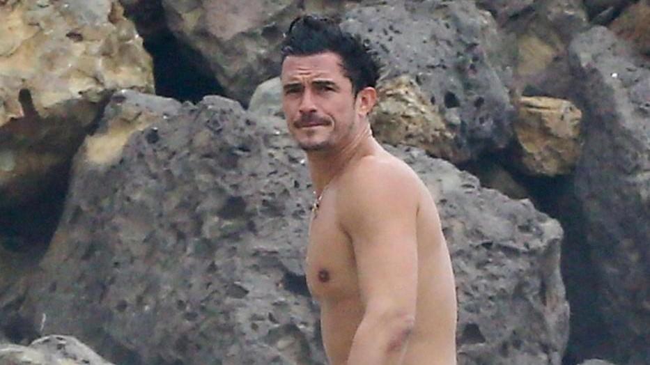 Malibu, Orlando Bloom in spiaggia con una fan per beneficenza