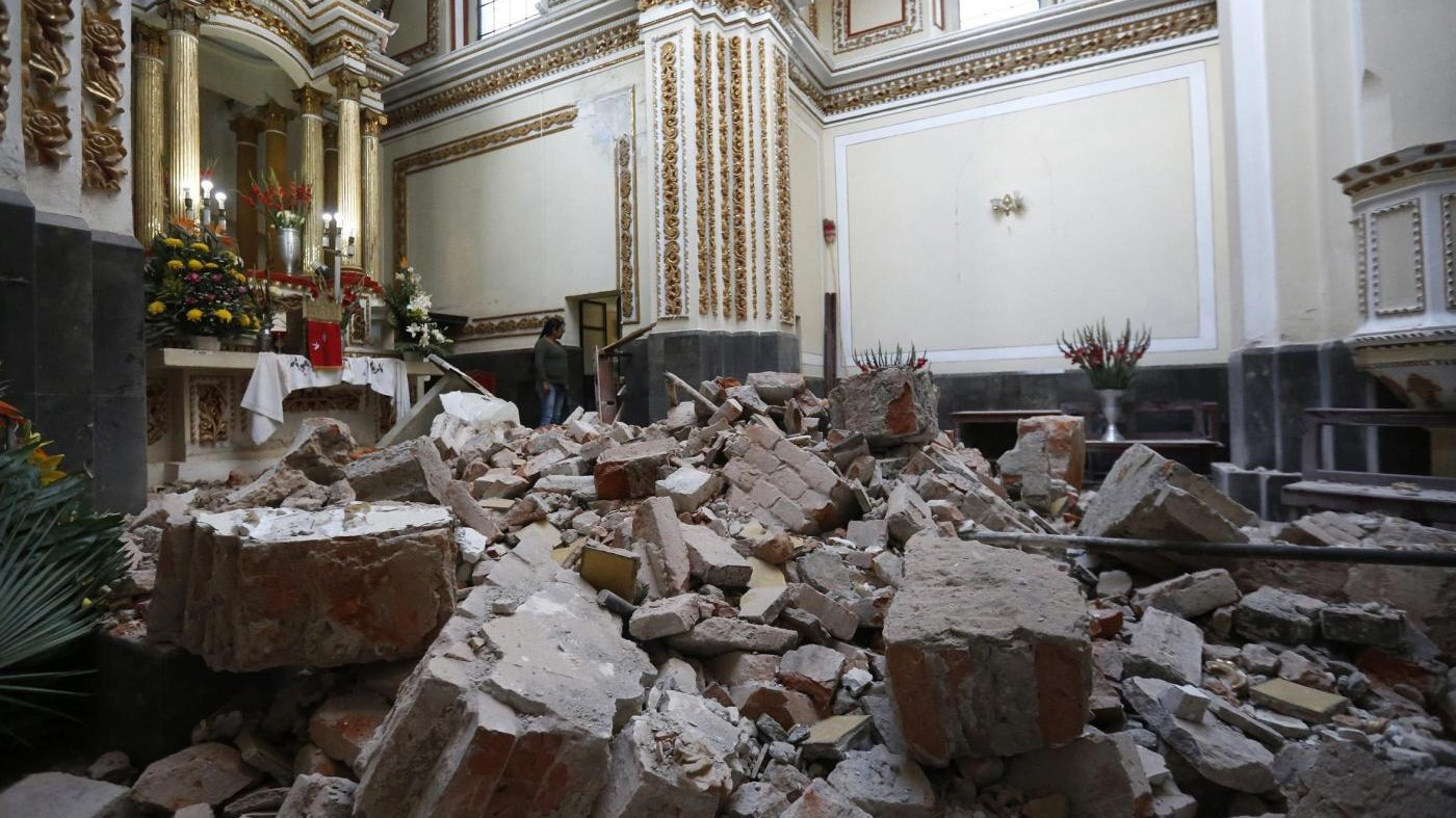 Messico sconvolto dal terremoto, si scava tra le macerie
