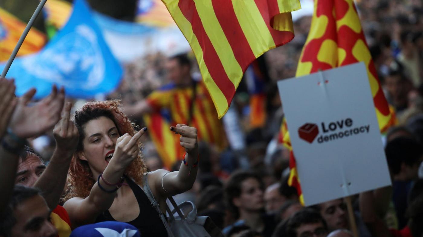 FOTO Barcellona, notte ad alta tensione: in piazza per l'indipendenza