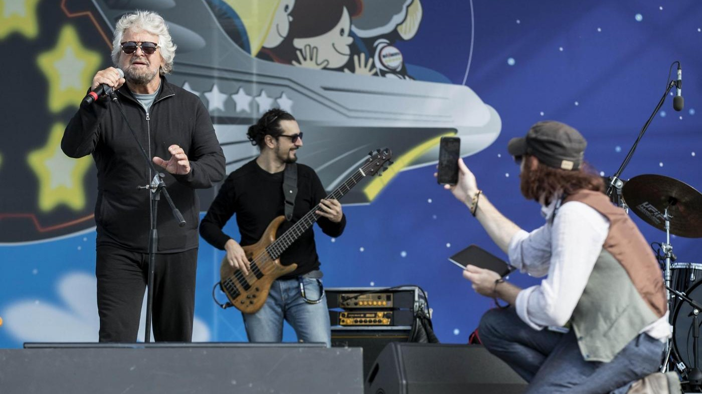 Grillo apre la seconda giornata di Rimini cantando sul palco