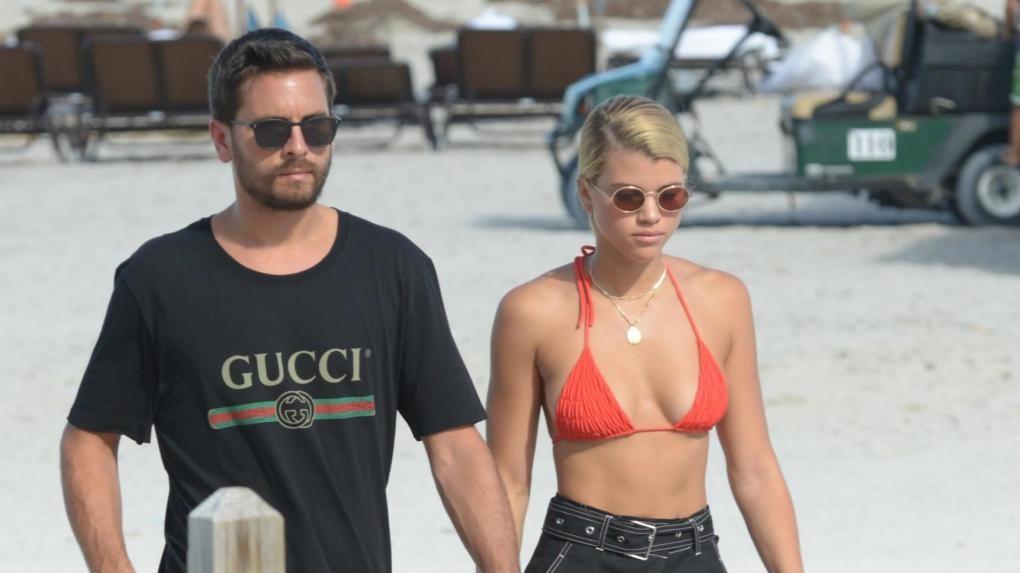 Sofia Richie in spiaggia con Scott Disick: la ex di Bieber ritrova l'amore