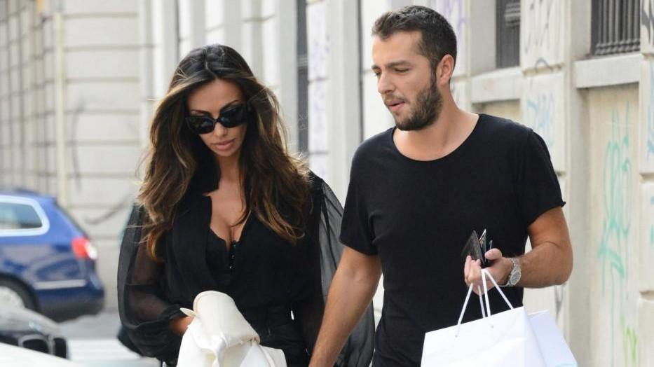 Madalina Ghenea splendida in total black con il compagno a Milano