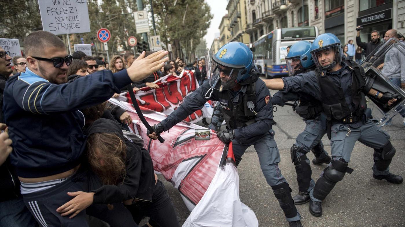 Corteo anti G7, scontri tra manifestanti e forze dell'ordine a Torino