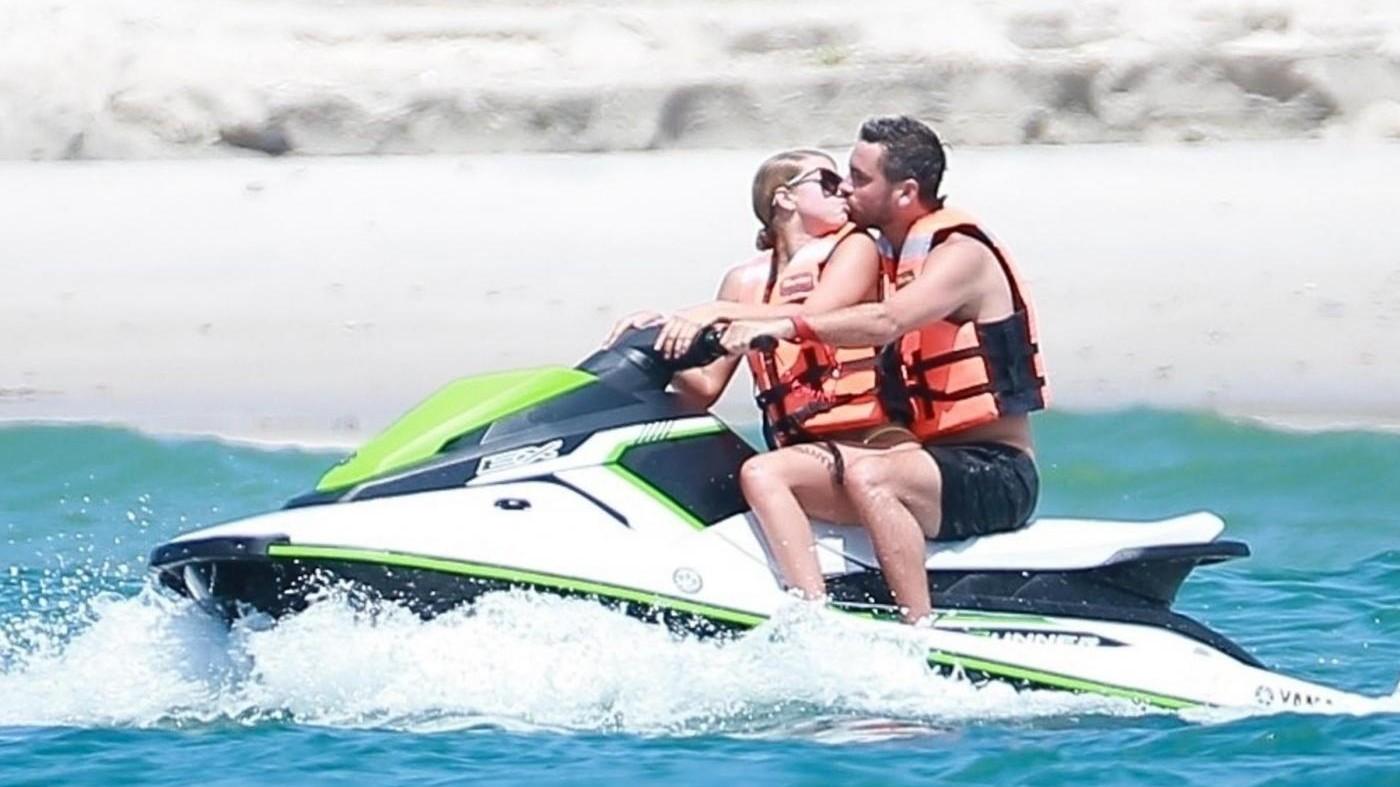 FOTO Sofia Richie, baci in acqua a tutta velocità: Bieber è un ricordo
