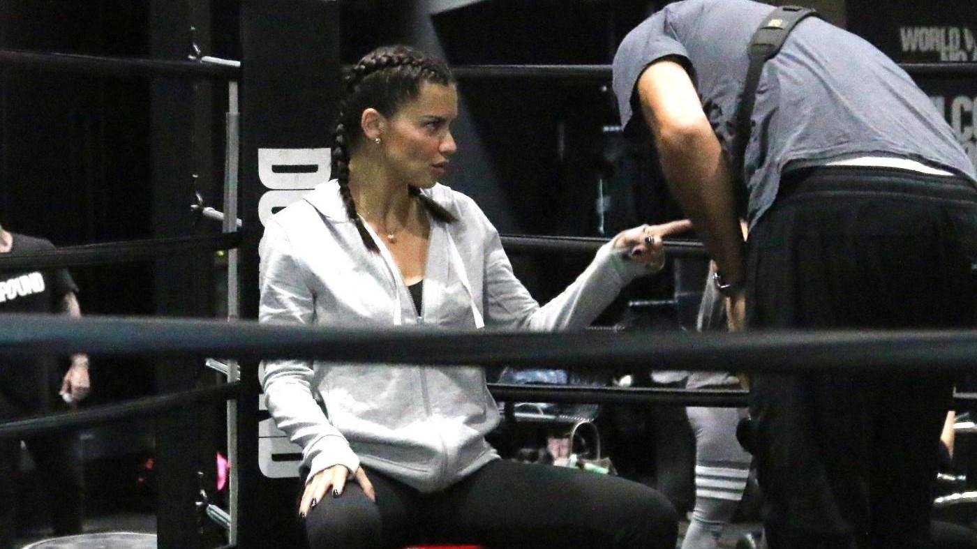 Adriana Lima sul ring della Dog Pound per le sfilate di Shangai